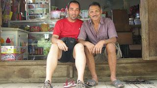 Foto de amigos en la tienda de la mujer de Tallassa.