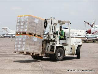 Des kits électoraux à l'aéroport de N'djili (Kinshasa), le 16/09/2011. MONUSCO/ Ph.  Myriam Asmani