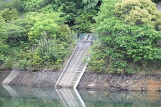 斜樋式取水設備を望む