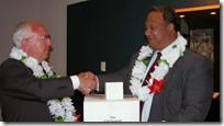 斯宾塞J. Condie向Niue政府展示了28卷的微薄