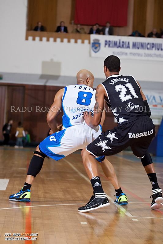 Jason Forte este aparat de David Lawrence in timpul  partidei dintre BC Mures Tirgu Mures si U Mobitelco Cluj-Napoca din cadrul etapei a sasea la baschet masculin, disputat in data de 3 noiembrie 2011 in Sala Sporturilor din Tirgu Mures.