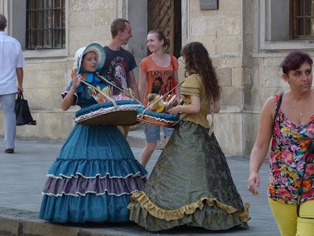 Obiective turistice Lvov: vanzatoare in costume de epoca