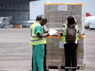 Des agents controlent les kits électoraux à l'aéroport de N'djili (Kinshasa), le 16/09/2011. MONUSCO/ Ph.  Myriam Asmani