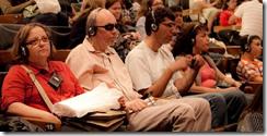 Pessoas com deficiência assistem peça com audiodescrição