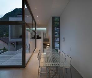 casa con amplias ventanas de cristal