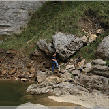 Tom hält die Steine fest