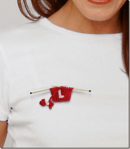 broche con inicial de tela crochet