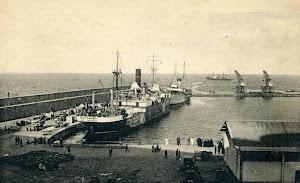 El SANTAMAÑA, todavia con la matricula de San Sebastián cargando en el muelle de Villanueva, en Melilla. Foto de los primeros años 20. Postal..JPG
