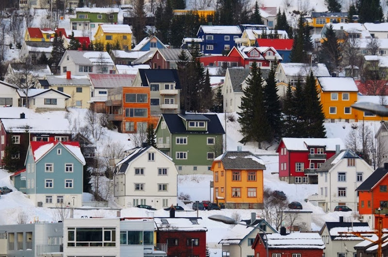 the-norwegian-colorful-houses-on-hillsides-in-tromso-Norway-1600x1062