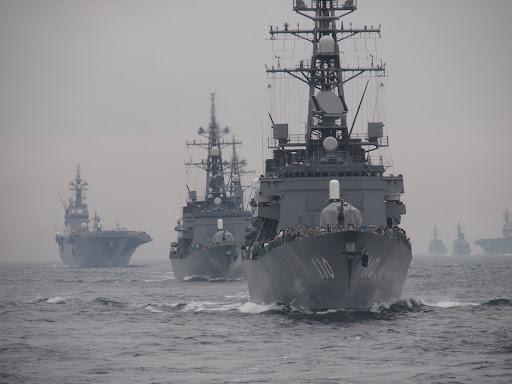 [写真]たくさんの艦船が列をなす観艦式