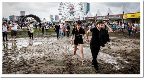 29mar2013---o-publico-do-festival-lollapalooza-faz-o-que-pode-para-caminhar-entre-pocas-de-agua-e-lama-durante-o-evento-1364591372990_956x500