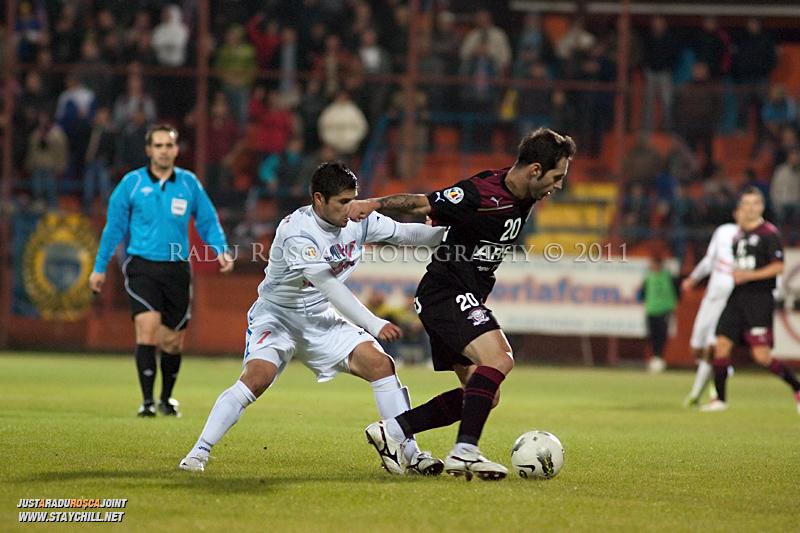 Stefan Grigorie de la Rapid se dueleaza cu Razvan Paduretu de la FCM in timpul meciului dintre FCM Tirgu Mures si FC Rapid Bucuresti din cadrul etapei a XIII-a a Ligii Profesioniste de Fotbal, disputat luni, 7 noiembrie 2011, pe stadionul Transil din Tirgu Mures.