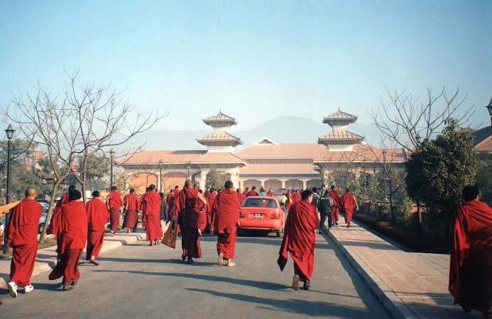 Imagini Nepal: calugari spre Hyatt Kathmandu
