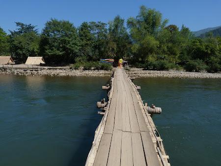 Imagini Vang Vieng, Laos: punte peste rau