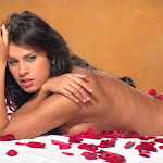Andrea Rincon, Selena Spice Galeria 48 : Solo Para Ti, Corazon Petalos De Rosa En La Cama – AndreaRincon.com Foto 38