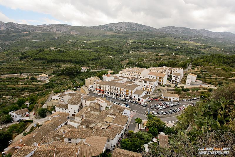 Iar in plan apropiat, cateva cladiri din Guadalest