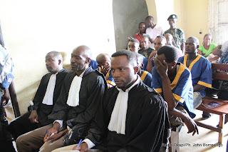 En avant plan les avocats et prevenus  Eniele en arrière plan ce 29/04/2011 lors de l'ouverture du procès des presumés insurgés  de Dongo dans la province de l'équateur(RDC) Ph. John Bompengo/ Radio Okapi