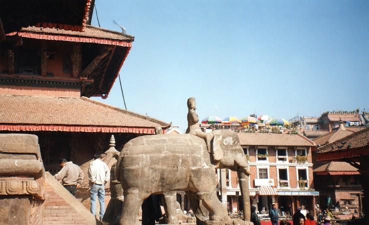 Obiective turistice Nepal: elefanti in Patan.jpg