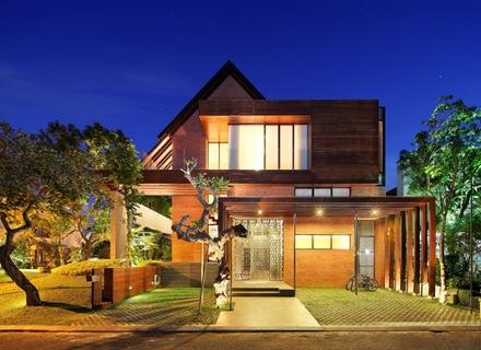 casa-moderna-revestimiento-madera-fachada-moderna