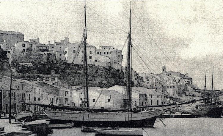 El pailebote JUPITER en el puerto de Maó. Foto colección Petrus Melsion. Foto del libro Mestres D´Aixa Menorquins. De la Tequina al Berganti.jpg