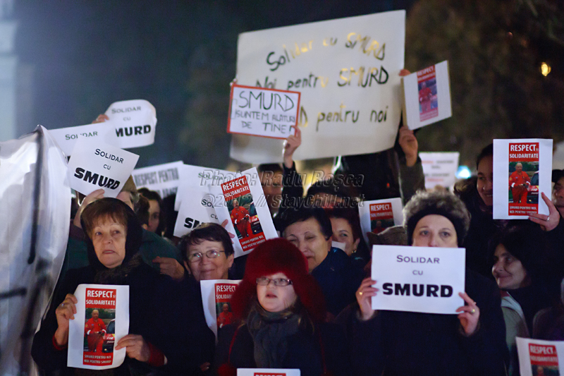 Un grup de protestatari afișează mesaje de solidaritate la mitingul spontan de susținere a fostului subsecretar de stat în Ministerul Sănătății și a serviciului de urgență SMURD, desfășurat în municipiul Tîrgu Mureș, joi 12 ianuarie 2012.
