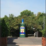 Becherovka-Flasche in Übergröße nahe dem Jan Becher Museum