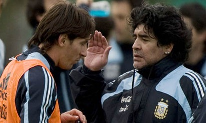 Argentina's national soccer team coach Diego Maradona gives instructions to Lionel Messi (L) during a training session at the squad's camp in Buenos Aires, September 1, 2009. Argentina will play Brazil in a 2010 World Cup qualifying soccer match in Rosario Central stadium on September 5 in Rosario, about 310 km (192 miles) north of Buenos Aires.  REUTERS/Enrique Marcarian (ARGENTINA)