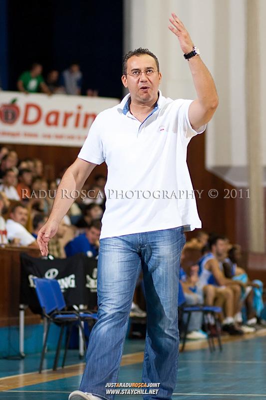 Antrenorul ploiestenilor, Dado Arnautovic reactioneaza, in meciul dintre CSU Asesoft Ploiesti si BC Mures Tirgu Mures din cadrul turneului amical Mures Cup, disputat joi, 8 septembrie 2011 in Sala Sporturilor din Tirgu Mures