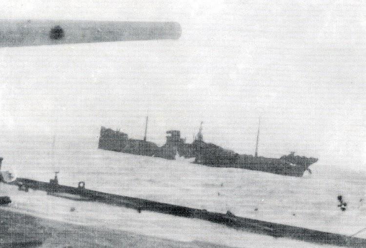 Fotografia tomada desde el CIUDAD DE VALENCIA poco antes de hundir al ALFONSO PEREZ. Observese lo que parece un proyectil explotando en la flotación. Del libro 9 HISTORIAS DE BARCOS.jpg