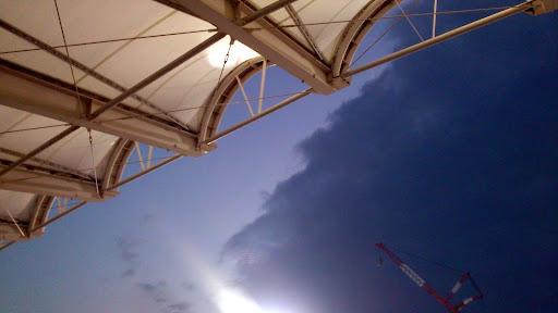 [写真]前線が移動して晴れてゆく等々力陸上競技場