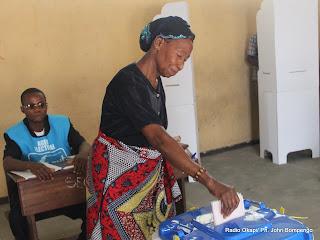 En avant-plan, une électrice entrain de voter le 28/11/2011 à Kinshasa. Radio Okapi/ Ph. John Bompengo