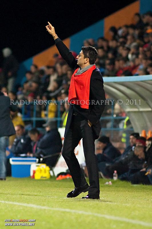 Antrenorul Rapidului, Razvan Lucescu Jr gesticuleaza de pe margine in timpul meciului dintre FCM Tirgu Mures si FC Rapid Bucuresti din cadrul etapei a XIII-a a Ligii Profesioniste de Fotbal, disputat luni, 7 noiembrie 2011, pe stadionul Transil din Tirgu Mures.