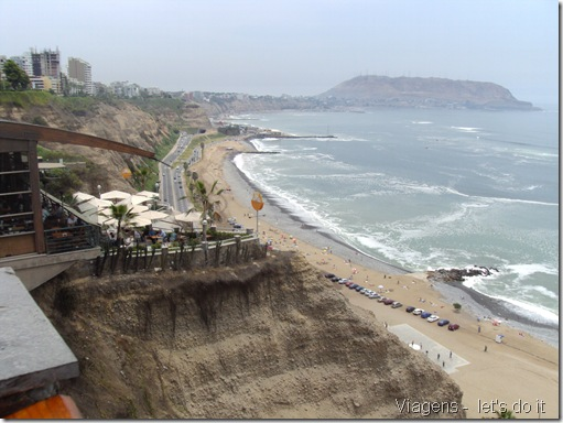 Vista do penhasco em Miraflores, Lima e Shopping Larcomar