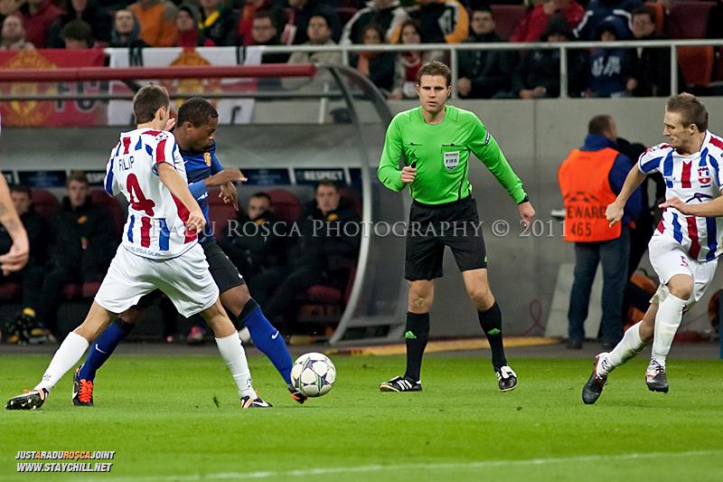 Patrice Evra (albastru) incearca sa treaca de Ioan Filip (4) in timpul meciului dintre FC Otelul Galati si Manchester United din cadrul UEFA Champions League disputat marti, 18 octombrie 2011 pe Arena Nationala din Bucuresti.