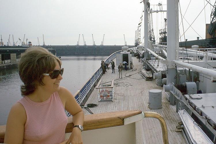 Detalle de la cubierta de proa del buque forrada de teka. Foto Flickr. Aljw 1´s Photostream.jpg