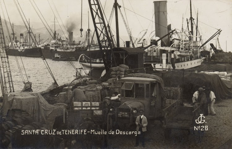 Descarga en el muelle del puerto de Santa Cruz de Tenerife. Se aprecia el bote salvavidas situado sobre la misma popa. Archivo FEDAC.jpg