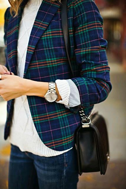 Blazer plaid com jeans e malha branca