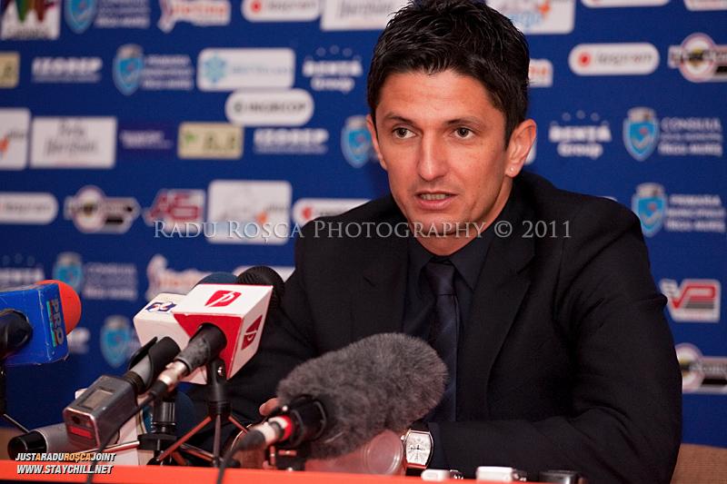 Antrenorul lui FC Rapid, Razvan Lucescu Jr ofera o declaratie presei la finalul meciului dintre FCM Tirgu Mures si FC Rapid Bucuresti din cadrul etapei a XIII-a a Ligii Profesioniste de Fotbal, disputat luni, 7 noiembrie 2011, pe stadionul Transil din Tirgu Mures.