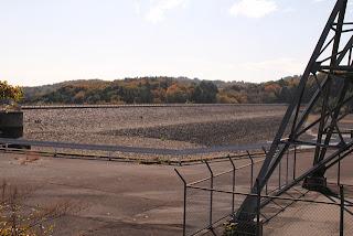 左岸よりダム湖側の堤体を望む