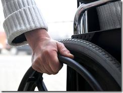 mão na cadeira de rodas