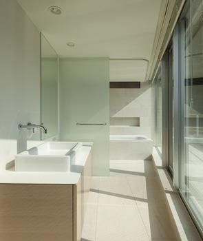 baño moderno de diseño blanco