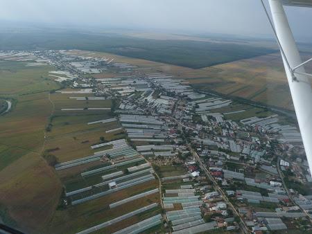 Aventura Card, avion usor: satul cu solarii