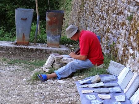 54. Sculptor albanez.JPG