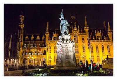 Brügge bei Nacht am Rathausplatz