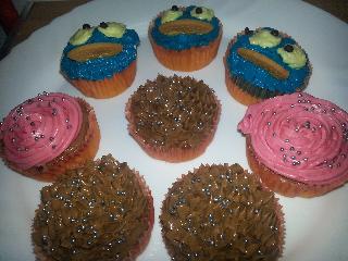 cupcakes de monstruo de las galletas y flores