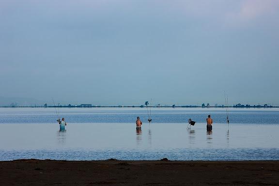 Pescadors a la barra del Trabucador, badia dels Alfacs, Parc Natural del Delta de l'Ebre. Sant Carles de la Ràpita, Montsià, Tarragona