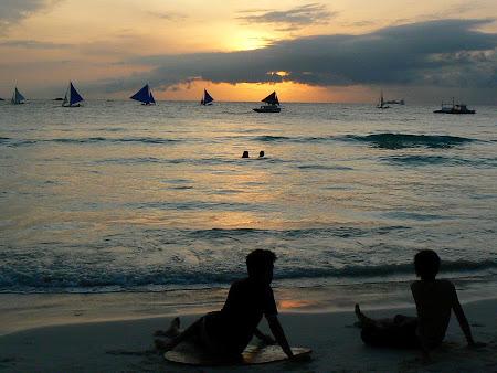 Plaje Filipine: apus de soare pe plaja la Boracay