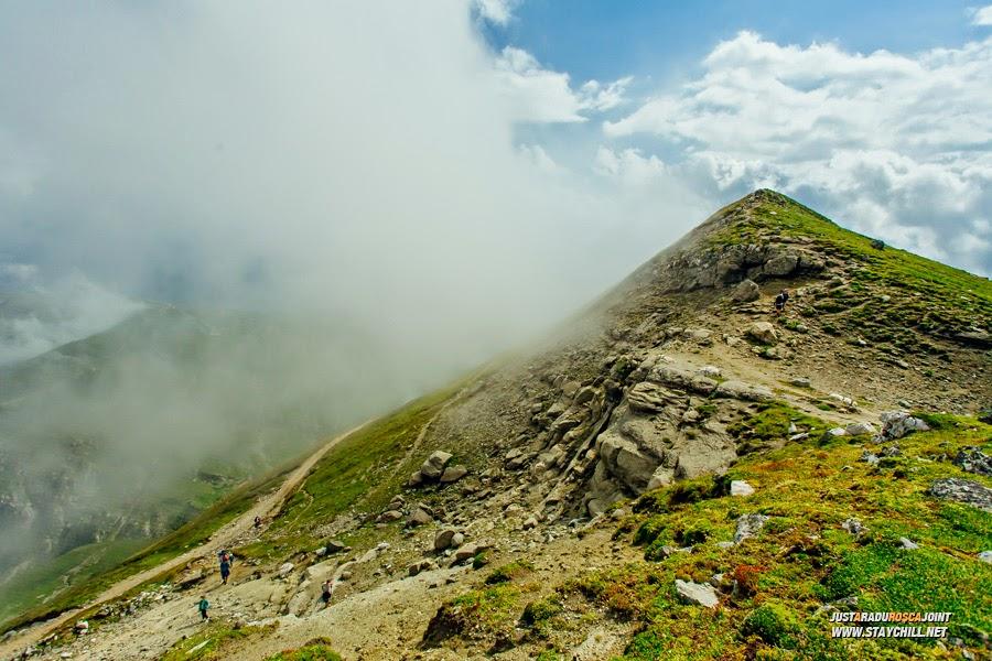 Turiștii sosesc în grupuri restrânse, apoi urcă pe vârfurile din apropiere