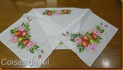 caminho de mesa com pintura de maças e rosas
