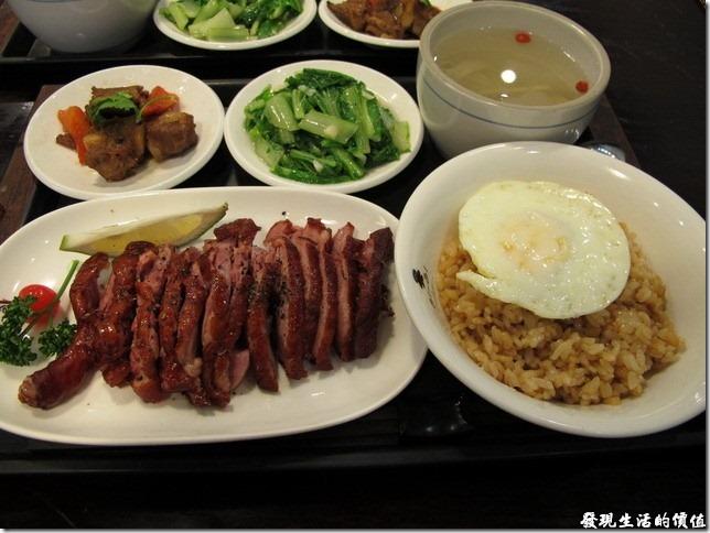 台南-洁洁複合式餐廳。樟茶鴨,NT210。兩菜一湯外加一碗豬油拌飯。